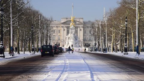 UK, England, London, The Mall, Buckingham Palace in the snow