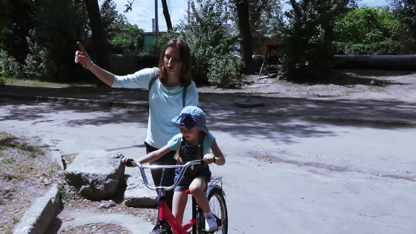 Mom's baby girl teaches cycling