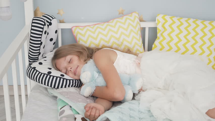 511cabb6f220 hd00:17Cute little girl sleeping with teddy bear in bed at home