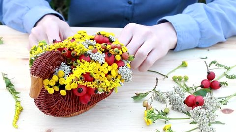 How to make bouquet of flowers in wicker goose. Table centerpiece idea for St. Martin's Day or St. Hubert's Day. Step by step, tutorial.