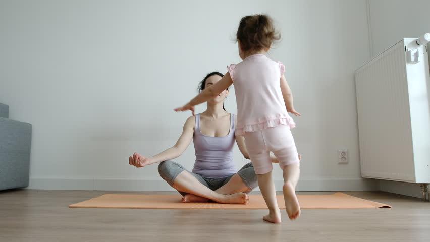 Yoga Mother Sits In Lotus Videos De Stock 100 Libres De Droit