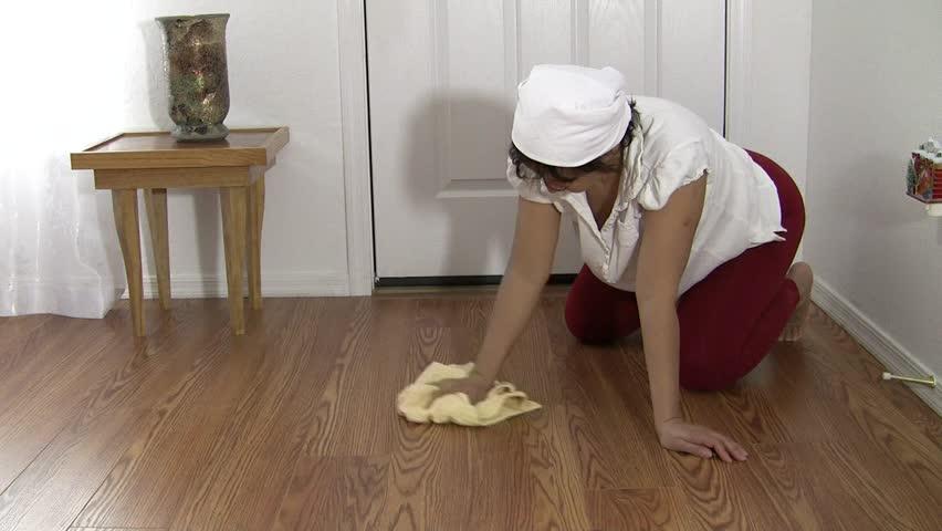 видео уборщица моет полы потом взрослые