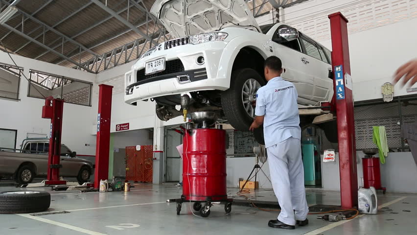 Sukhothai August 22 Mechanic Repairing A Car At Mitsubishi Motor