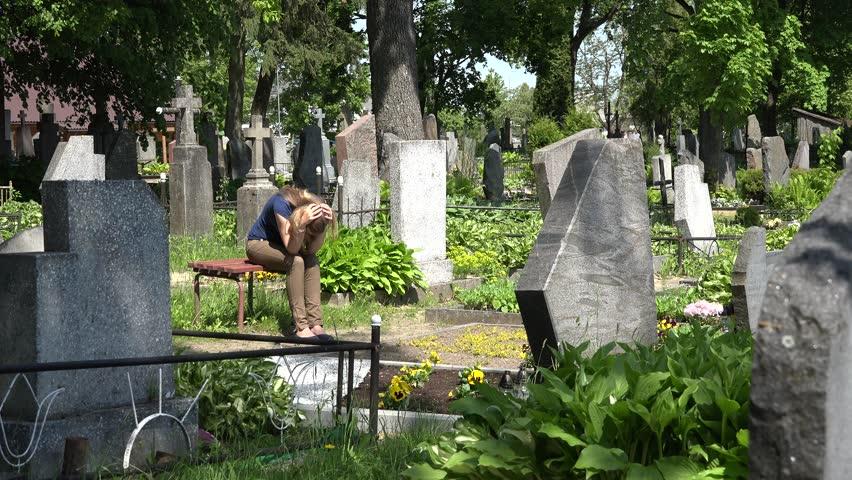 Беременная женщина на кладбище 14