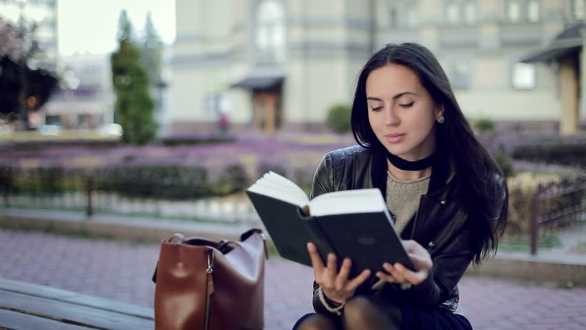 Αποτέλεσμα εικόνας για beautiful girl reading books