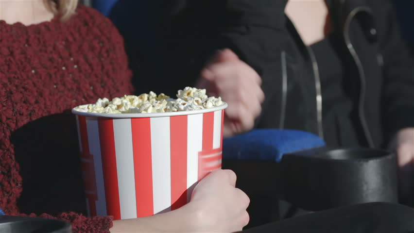 film-porno-seks-v-kinoteatre-blondinka-popkorn-onlayn