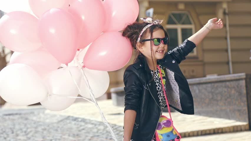 270fafa09f16 Small Baby Girl Walk Dance stock-videoer (100 % royaltyfri ...