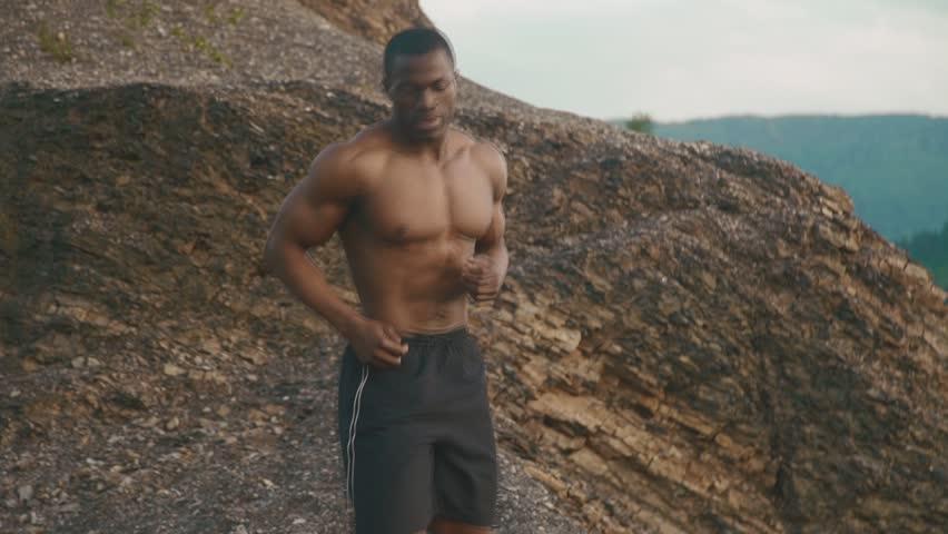 Čudovit moški bodybuilder, ki se giblje na prostem, posnetki Video 13484576 Shutterstock-9458