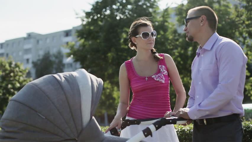 Женщина с коляской под юбкой фото 22-612
