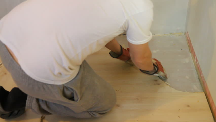 Breaking upp old laminate flooring in small pieces.