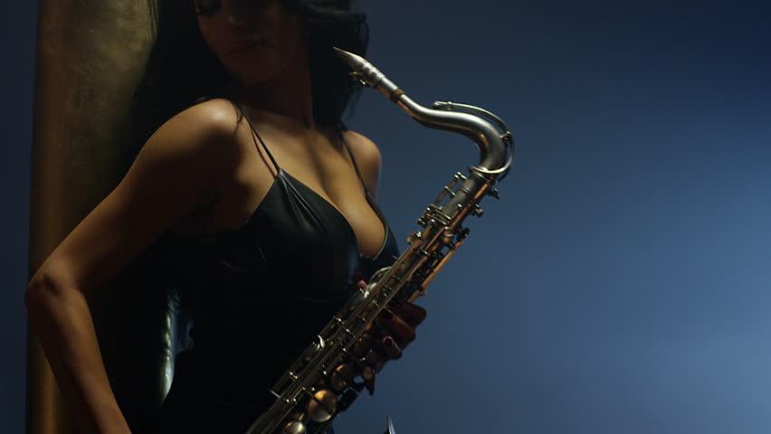 klip-devushki-s-saksofonom-i-chernimi-pishnimi-volosami-smotret-porno-film-s-devushkoy-s-krasivoy-vneshnostyu-i-telom
