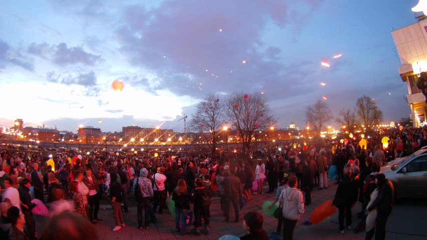 MOSCOW - APR 22: (Timelapse View) People start up in sky heavenly small lanterns in Muzeon park near embankment in night, on April 22, 2012 in Moscow, Russia