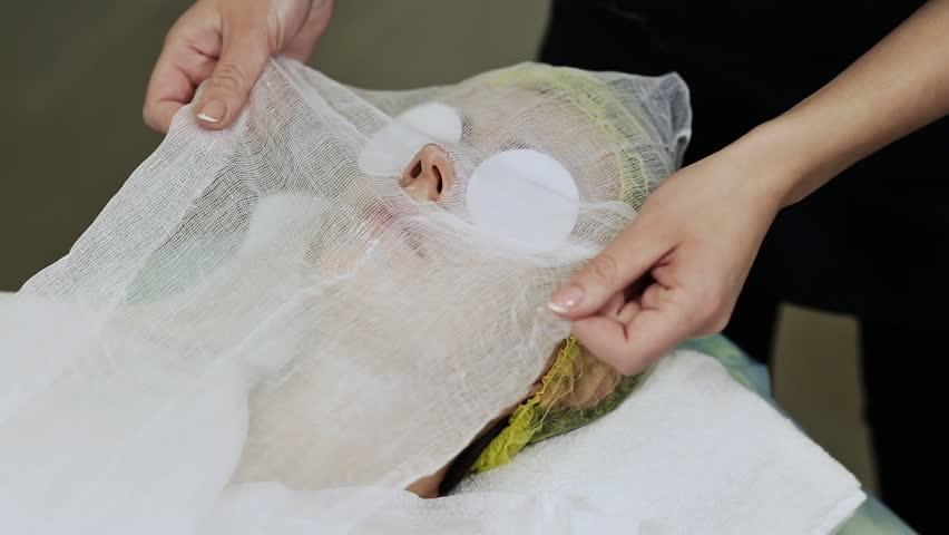 A bandage mask using gauze fabric. Apply gauze on face with cream.