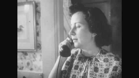 1950s Woman Speaking On Telephone Vidéos De Stock 100