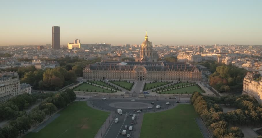 Aerial view of the Invalides hotel and the Montparnasse tour at sunrise. Vue aérienne de la pelouse et de l'hotel des Invalides, et de la tour Montparnasse au levé du soleil à paris, 4K