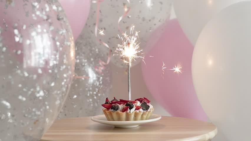 Super Happy Birthday Cake With Sparklers Stockbeeldmateriaal En Videos Funny Birthday Cards Online Inifodamsfinfo