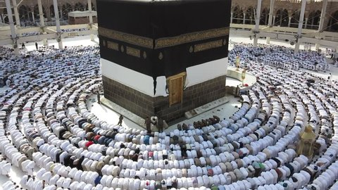 Kaaba Mecca Hajj Muslim people crowd praying