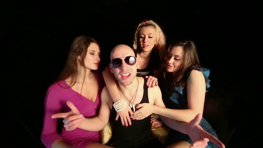 Выглядит, один мужчина и три девушки