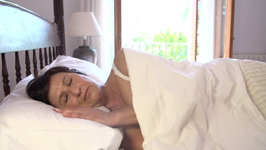 423Зрелые женщина в постели видео