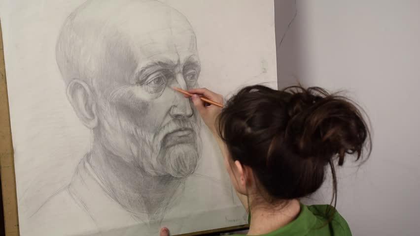 Stockvideoklipp Pa Girl Artist Drawing A Portrait Helt Royaltyfria